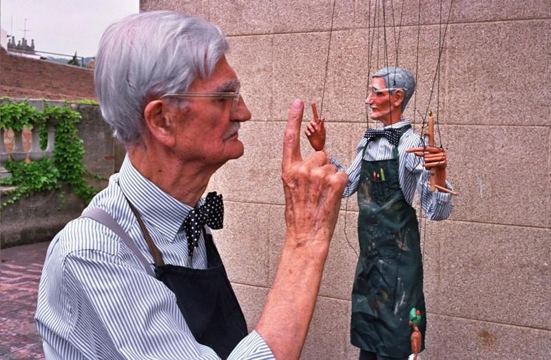 Fotografia de Jesús Atienza, amb Harry V. Tozer amb el seu àlter ego en marioneta