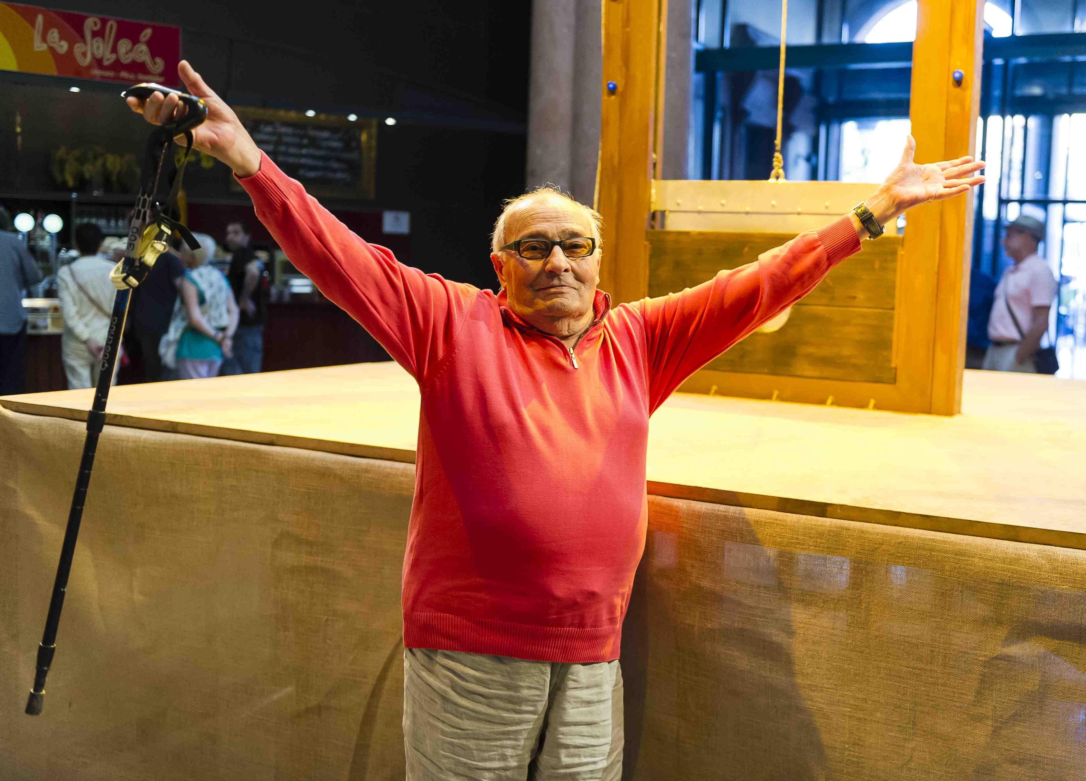 Iago Pericot fotografiat per Josep Aznar a l'estrena de la seva performance Guillotina el 8 de juliol de 2014 al Mercat de les Flors