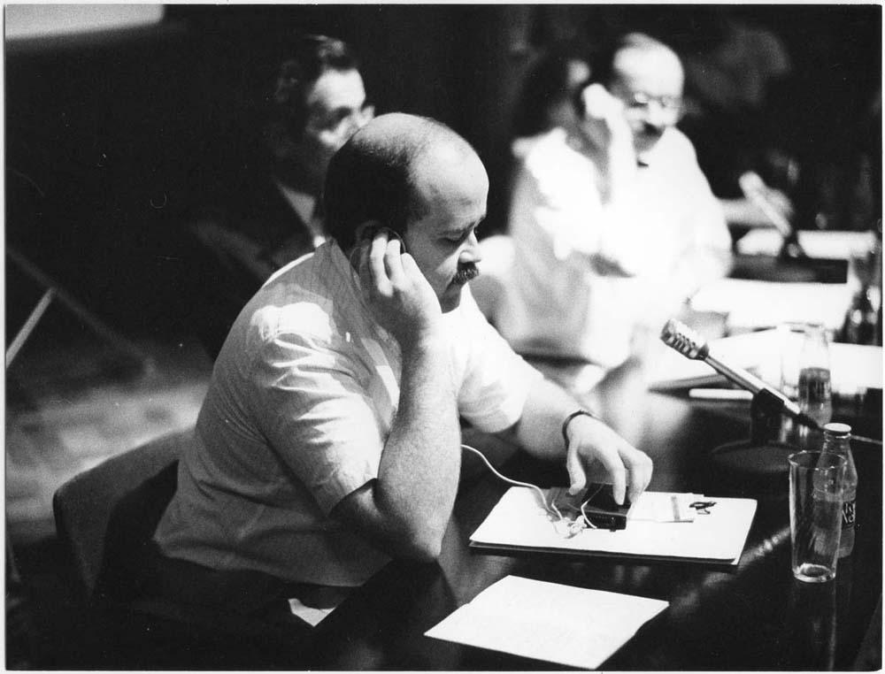 Fotografia de Pau Barceló on apareix Josep Lluís Sirera en una ponència al II Simposi Internacional d'Història del Teatre, 3 de juny 1988
