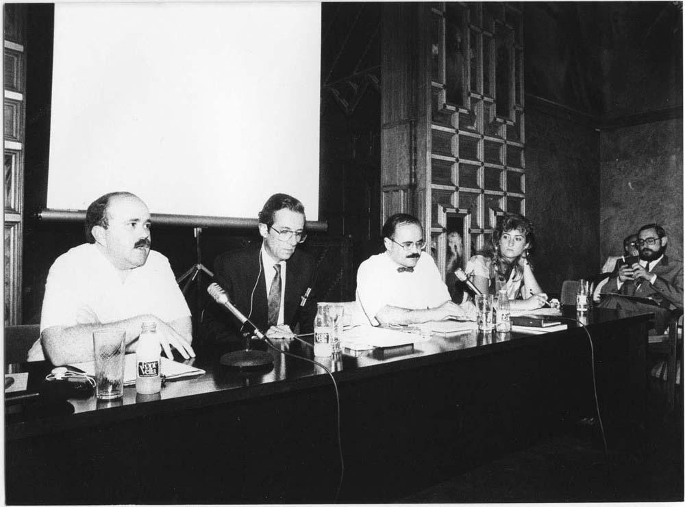 Fotografia de Pau Barceló al II Simposi Internacional d'Història del Teatre, 3 juny 1988. D'esquerra a dreta: Josep Lluís Sirera, Christopher Cairns, Rodolf Sirera i Milagros Torres López