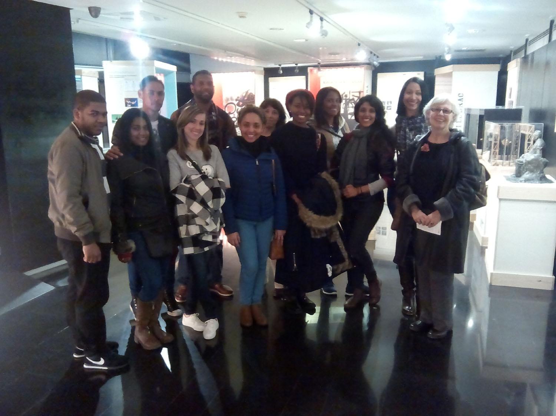 Alumnes del Màster de Gestió i Direcció de Biblioteques i Centres de Documentació de la Facultat de Biblioteconomia i Documentació de la Universitat de Barcelona, amb la seva profesora Teresa Mañà