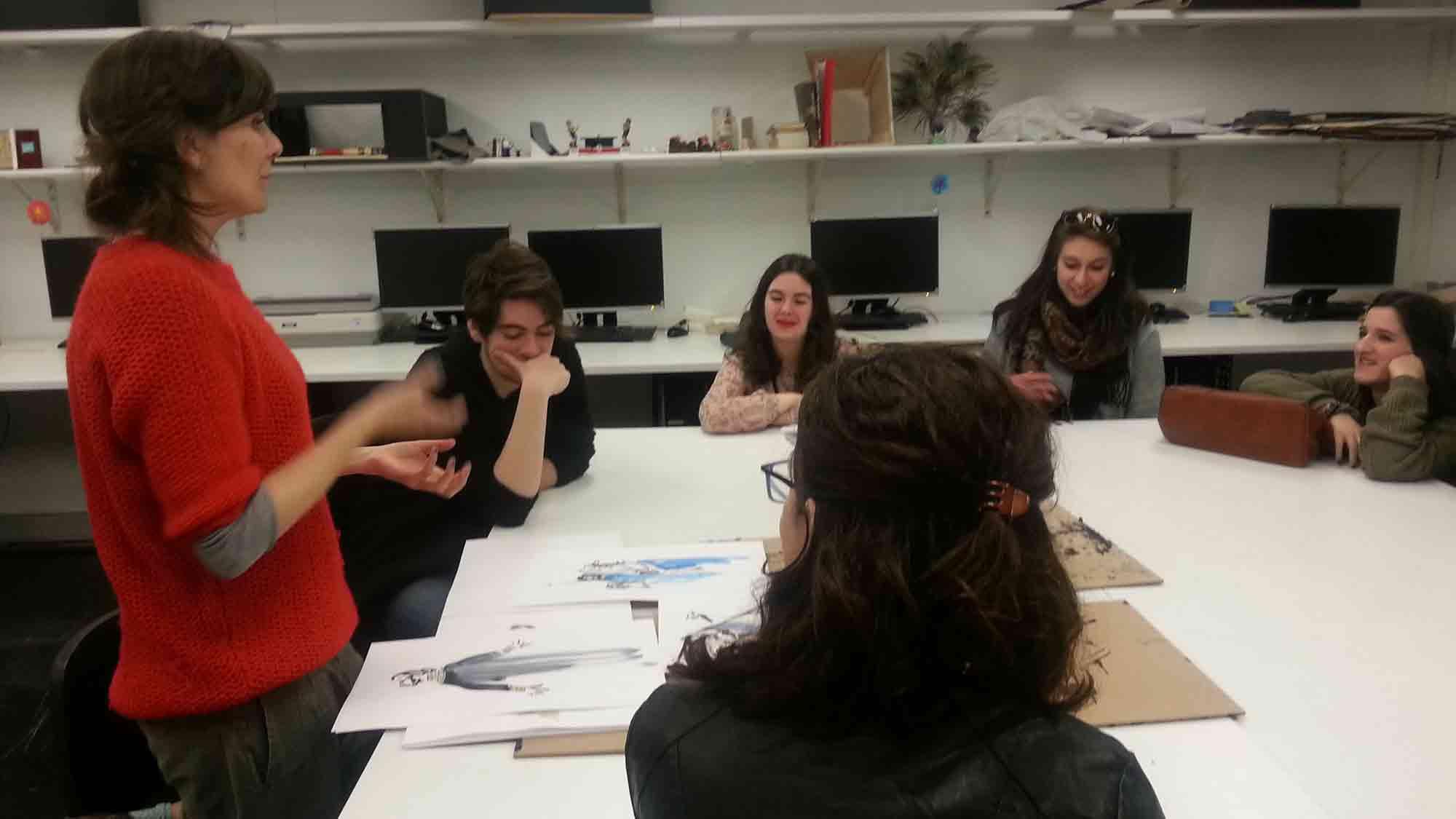 La professora i figurinista Marta Rafa, a la visita dels alumnes de l'EFCA de Sabadell al MAE, 18 març de 2016