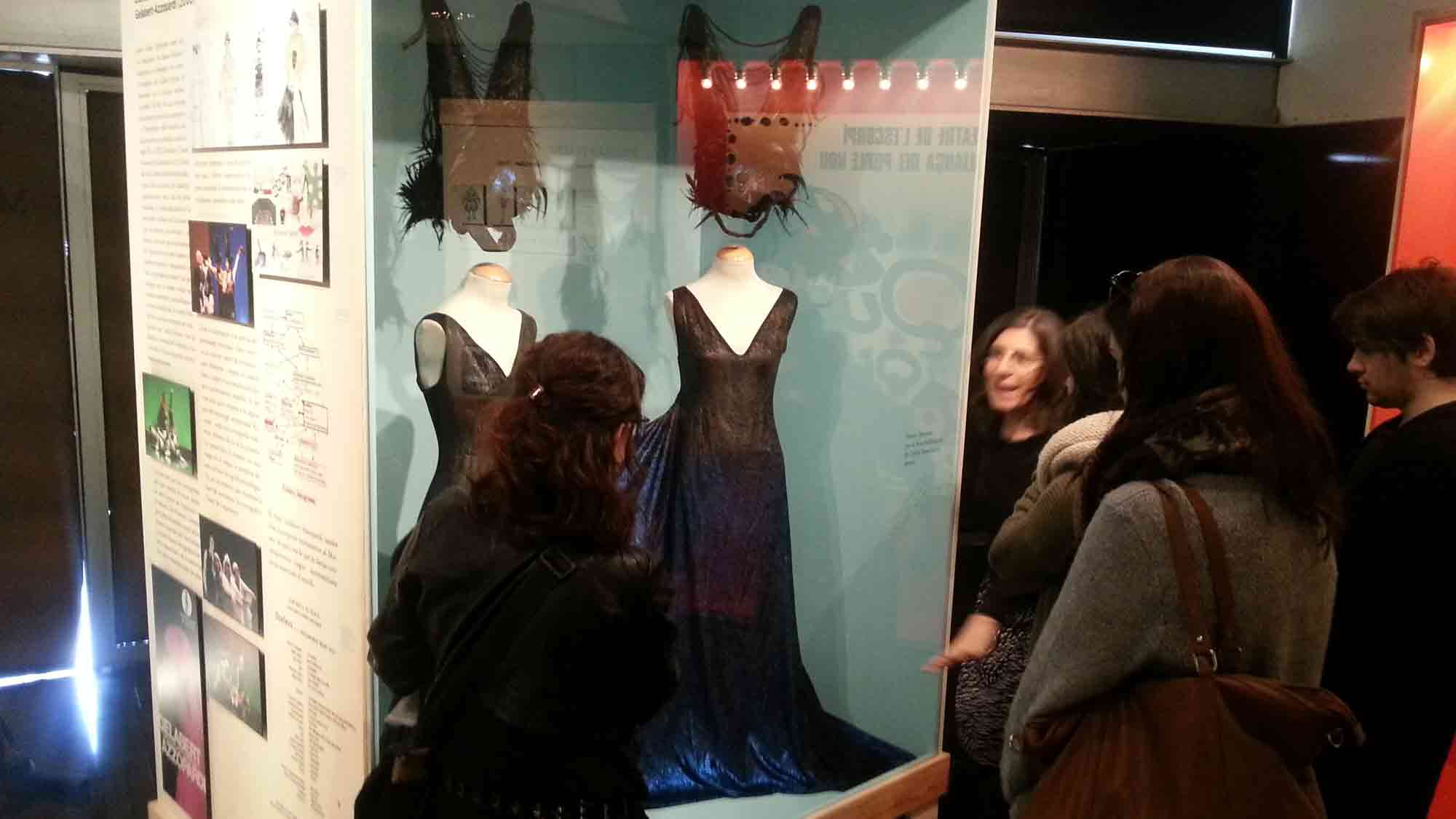 Carme Carreño, conservadora del MAE, mostrant un vestit del fons de la Companyia Gelabert-Azzopardi exposat a La memòria de les arts efímeres, a la visita d'alumnes de l'EFCA de Sabadell, 18 març 2016