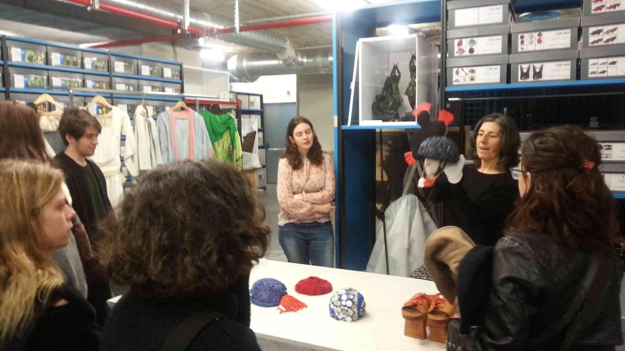 Carme Carreño, conservadora del MAE, mostrant uns complements d'indumentària del fons de la Companyia Gelabert-Azzopardi, a la visita d'alumnes de l'EFCA de Sabadell, 18 març 2016