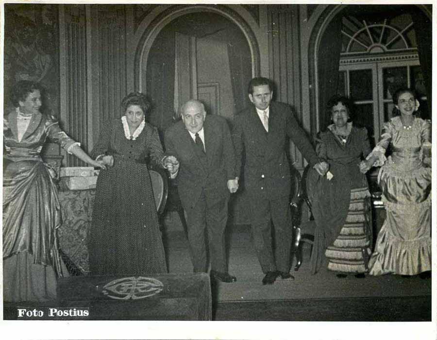 Al mig i a l'esquerra Josep M. de Sagarra i Esteve Polls, saludant amb les actrius a l'estrena de L'amor viu a dispesa, de Sagarra, el 1952. Fotografia de Postius. Fons d'Esteve Polls i Montserrat Salvador del MAE