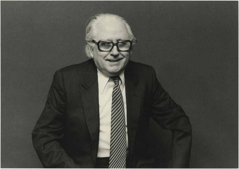 Retrat d'Esteve Polls, fotografiat per Jordi Morera l'any 1986, quan dirigia Romeu i Julieta al Teatre Victòria de Barcelona. Fons Esteve Polls i Montserrat Salvador del MAE