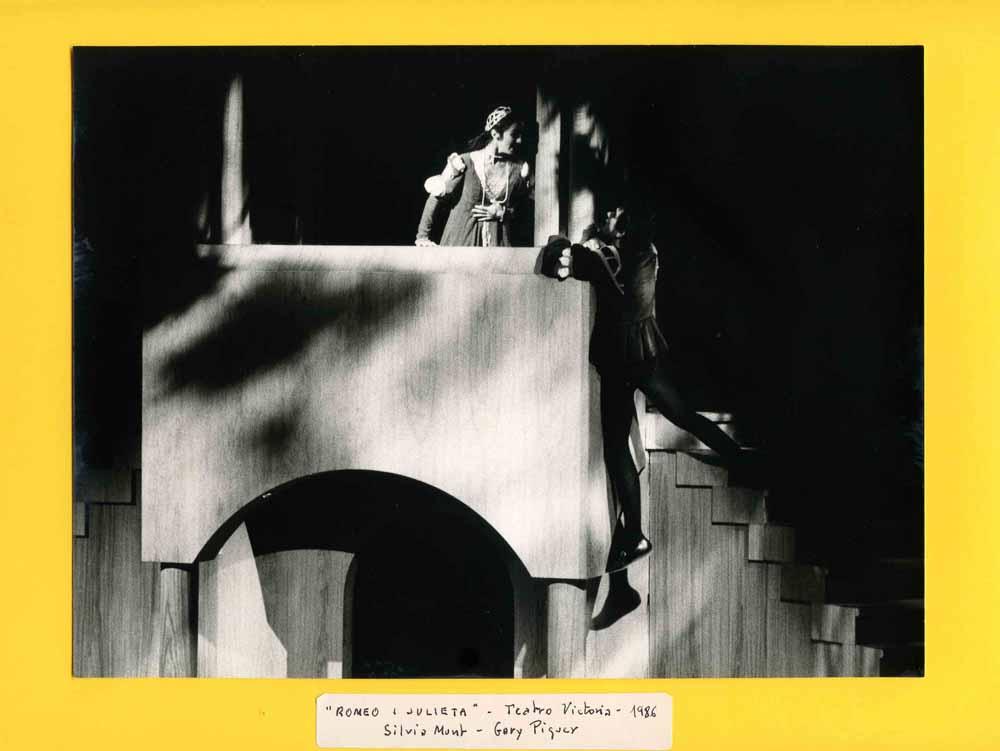 Fotografia d'escena de Jordi Morera, de Romeu i Julieta, de William Shakespeare, traduït per Josep M. de Sagarra, i dirigida per Esteve Polls, amb Sílvia Munt i Gary Piquer, estrenada al Teatre Victòria de Barcelona l'any 1986. Fons d'Esteve Polls i Montserrat Salvador del MAE