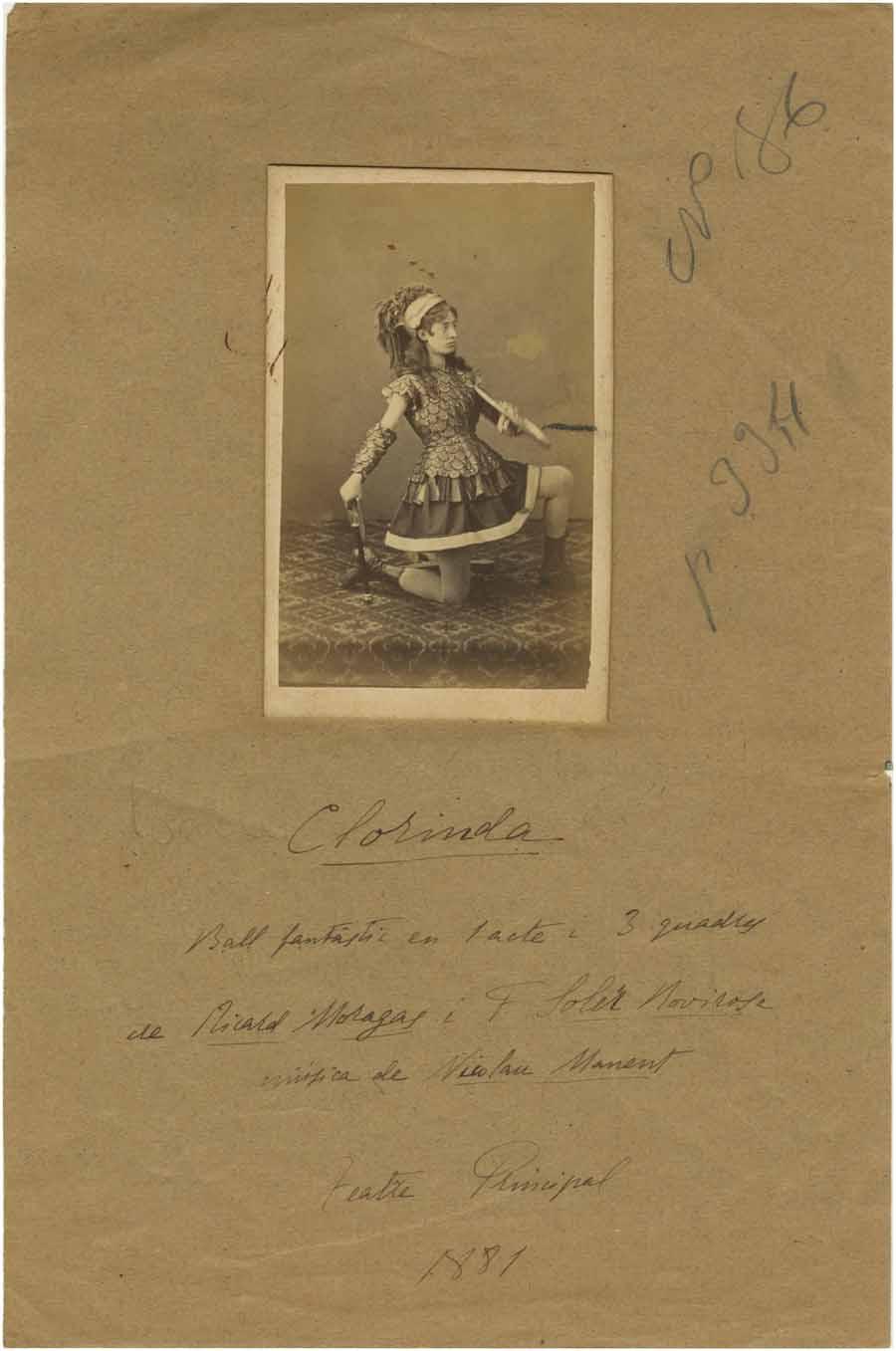 Retrat d'estudi de Pauleta Pàmies en un personatge de Clorinda. Fotografia d'Heriberto Mariezcurrena, ca 1881. Col·lecció fotogràfica del MAE