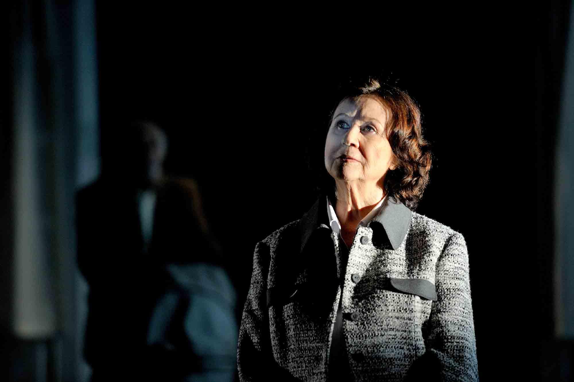 """Fotografia d'escena de David Ruano de """"La sonrisa etrusca"""", amb Julieta Serrano,Teatro Bellas Artes de Madrid, 2011. Col·lecció fotogràfica del MAE"""