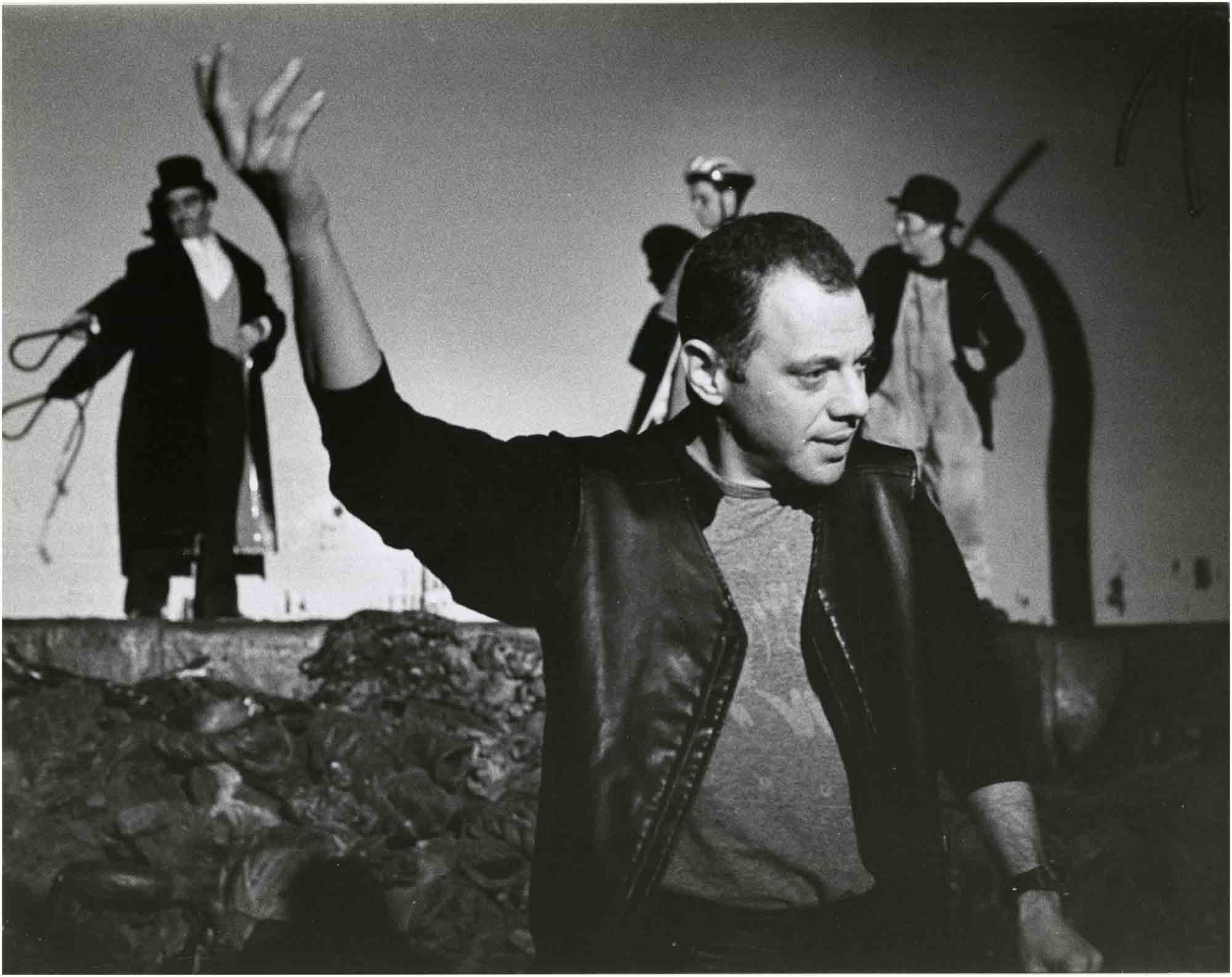 Fotografia de Josep Ros Ribas amb Lluís Pasqual en un assaig de Tot esperant Godot que es representà al Teatre Lliure el 1999. Col·lecció fotogràfica del MAE