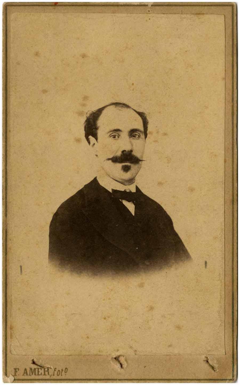 Retrat de Ricard Moragas. Fotografia F. Amer, entre 1860 i 1870. Col·lecció fotogràfica del MAE