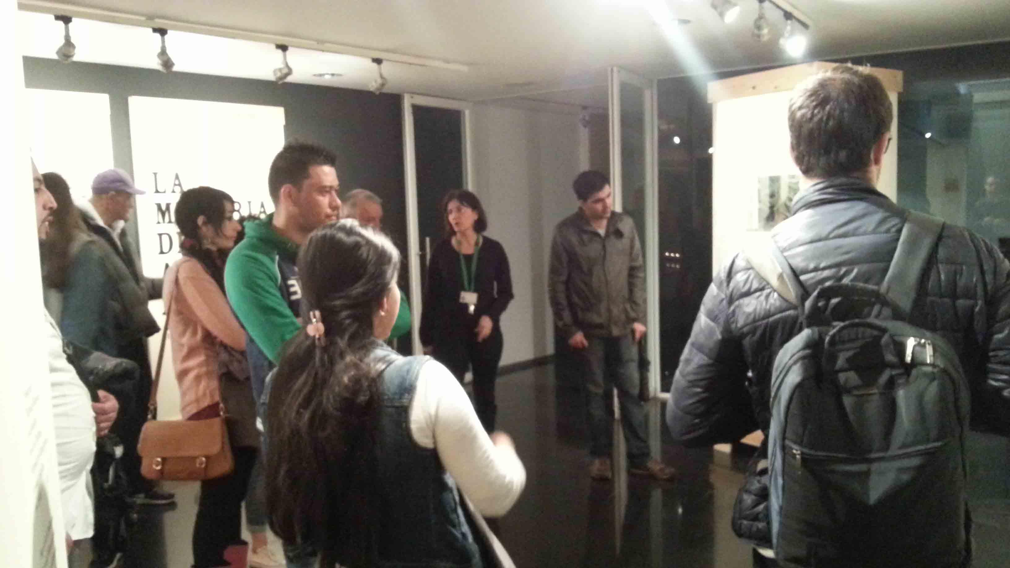 Visita del el grup de català del Pla d'Acollida Poble-sec per a Tothom a l'exposició La memòria de les arts efímeres, 1 d'abril de 2016