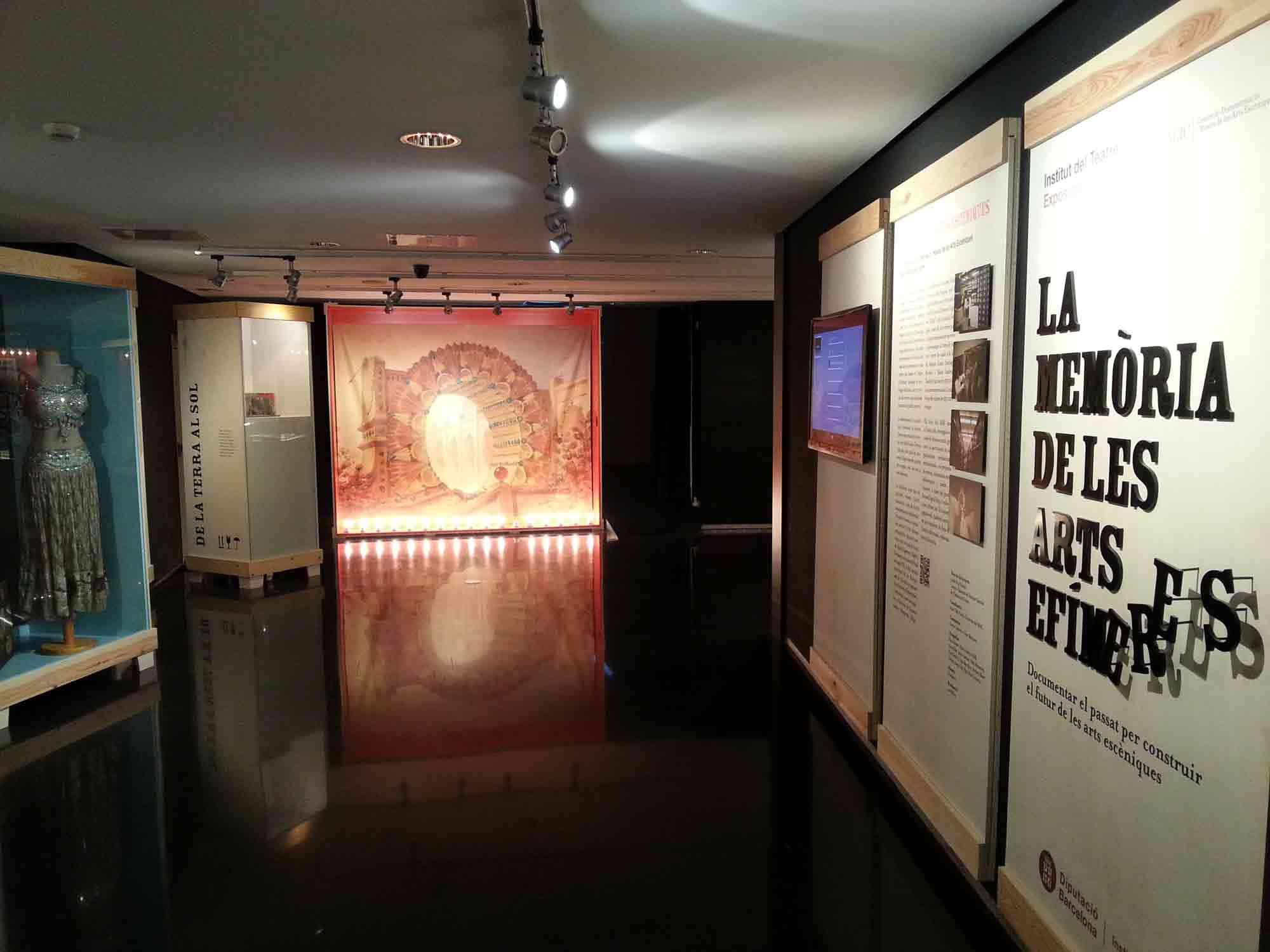Sala d'exposicions del MAE. Exposiciió La Memòria de les arts efímeres