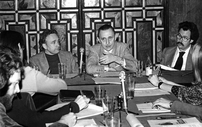 Buero Vallejo al centre i Xavier Fàbregas a l'esquerra a la Sessió Yxart del 30 de març de 1976 al CEDAEC de l'Institut del Teatre. Fotografia de Josep Brangulí