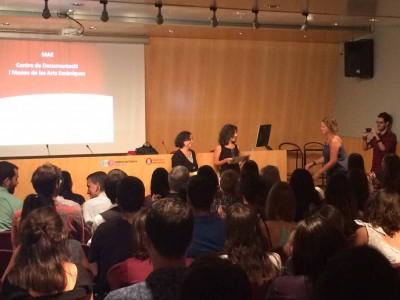 D'esquerra a dreta Teresa Sala, coordinadora de màster i Carme Carreño, conservadora del MAE, a la sessió inaugural del Màster de Gestió del Patrimoni Cultural i Museologia de la Universitat de Barcelona, el 16 de setembre de 2016 a l'Auditori de l'Institut del Teatre, entregant els diplomes als alumnes del curs anterior