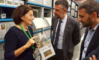 Anna Valls, directora del MAE, amb Santi Vila, conseller de Cultura de la Generalitat i Xavier Diaz Vilanova, director de l'ICEC, a les reserves del MAE, mostrant el fons patrimonial del museu