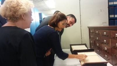 Anna Valls mostrant el fons patrimonial del museu. D'esquerra a dreta: Magda Puyo, directora de l'Institut del Teatre, Anna Valls, directora del MAE i Santi Vila, conseller de cultura de la Generalitat