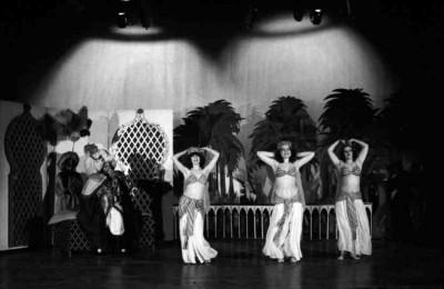 El somni de Bagdad, obra de teatre infantil de Josep M. Benet i Jornet, dirigida per Francesc Alborch al Centre Parroquial d'Horta, l'1 de maig de 1978.Fotografia d'escena de Pilar Aymerich. Fons Pilar Aymerich