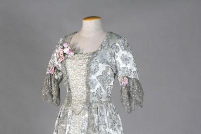 Vestit per al personatge de Violetta Valery de l'òpera de Giuseppe Verdi La Traviata, que interpretà la soprano catalana Victòria dels Àngels (1923-2005) per primer cop l'any 1956 a Nova York (només el primer acte), i per darrer cop l'any 1959 també a Nova York. Fons d'indumentària de Victòria dels Àngels del MAE
