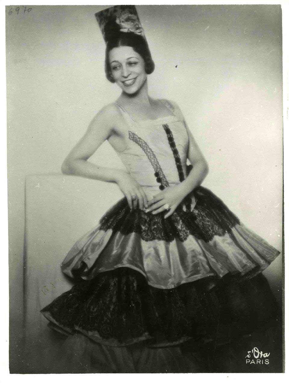 Retrat d'Antonia Mercé La Argentina a Danza de los ojos verdes, fotografia de Madame d'Ora a París el 1930. . Fons Antonia Mercé La Argentina