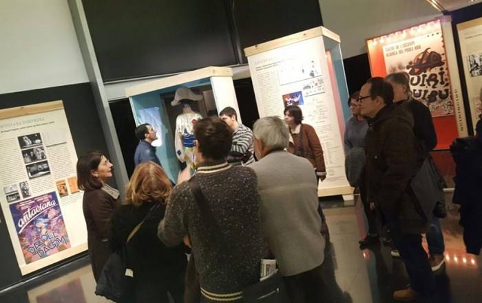 Anna Valls amb una visita guiada a l'exposició La memòria de les arts efímeres. Activitat de la Festa Major del Barri de Sant Antoni. 20 gener 2017