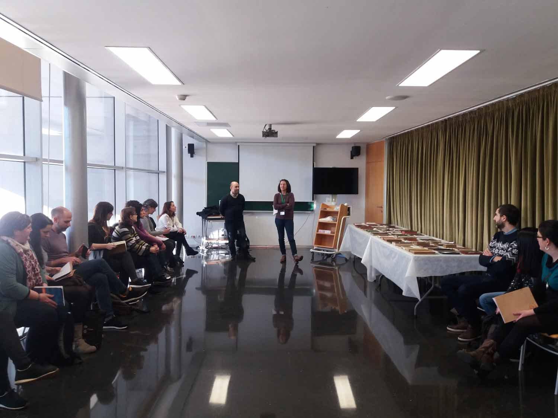 """Classe pràctica del curs """"Identificación, catalogación y estudio de encuadernaciones artísticas, 9 febrer 2017, aula Institut del Teatre"""