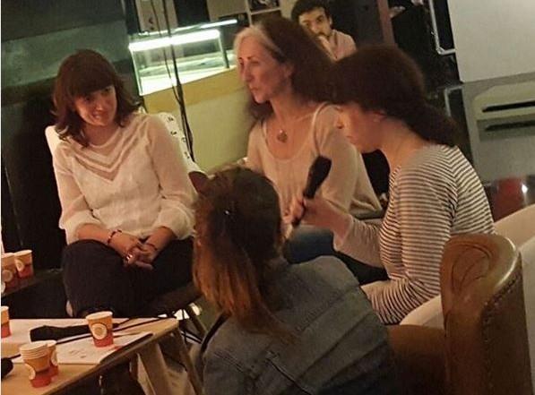 Núria Andreu, amb el micròfon, participant al programa de ràdio Això és un drama, el 23 març 2017