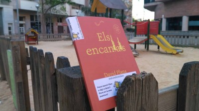 Exemplar de publicacions de l'Institut del Teatre alliberat a un parc infantil del carrer Torres i Bages de Sant Andreu (Barcelona) el 21 d'abril de 2017
