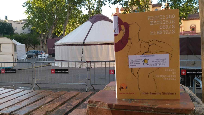 Exemplar de publicacions de l'Institut del Teatre alliberat el 21 d'abril de 2017 a la Plaça Margarida Xirgu de Barcelona