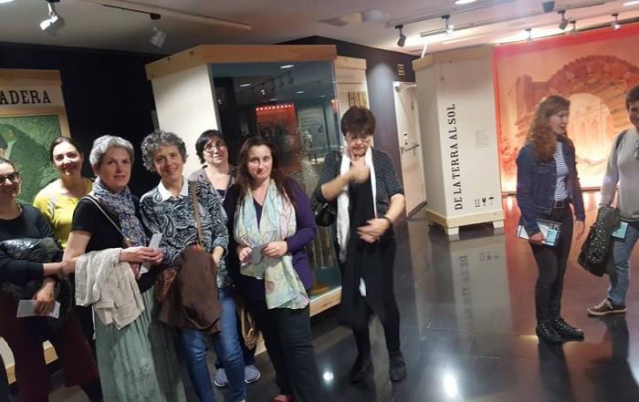 Visita a l'exposició La Memòria de les Arts Efímeres i a les reserves del MAE, centrada en el fons de titelles del MAE, organitzada pel Centre Cultural Albareda, com a complement a l'acollida de l'exposició itinerant Capturant l'alè amb les fotografies d'Atienza sobre titelles, 12 maig 2017
