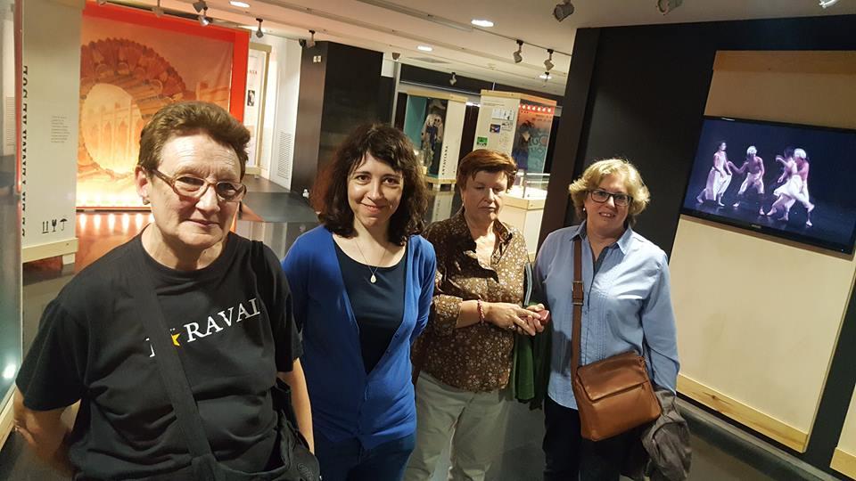 Núria Andreu (segona per l'esquerra) amb algunes persones del grup de la visita a l'exposició La Memòria de les Arts Efímeres i a les reserves del MAE, centrada en el fons de titelles del MAE, organitzada pel Centre Cultural Albareda, com a complement a l'acollida de l'exposició itinerant Capturant l'alè amb les fotografies d'Atienza sobre titelles, 12 maig 2017.