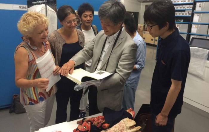 D'esquerra a dreta, Magda Puyo, directora de l'Institut del Teatre, Anna Valls, directora del MAE, i els responsables de l'exposició sobre Barcelona i el modernisme que es farà al Japó el 2018, a les reserves del MAE