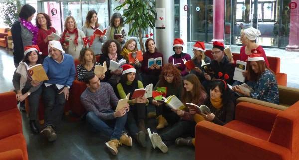 Personal de l'Institut del Teatre amb les publicacions de l'Institut del Teatre el Nadal de 2017