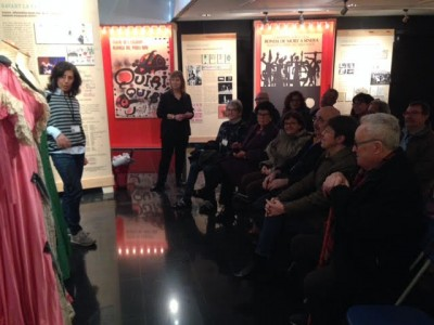 Carme Carreño amb la visita del grup de pacients de la Fundació ACE a l'exposició La memòria de les arts efímeres, 12 gener 2018