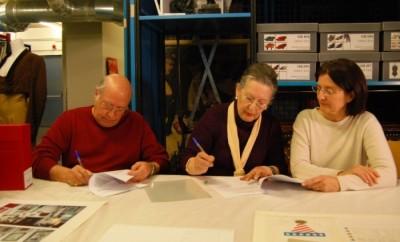Enrique Burgos, Rosa García i Anna Valls, directora del MAE el 10 de gener 2018 en la signatura de donació del fons Antonio el Bailarín i del fons Rosa García i Enrique Burgos