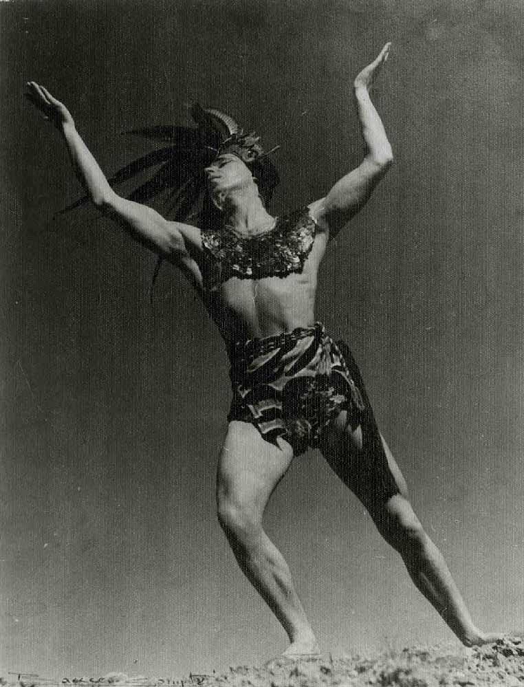 Fotografia de Batlles i Compte. Joan Magriñà caracteritzat pel ballet Himne al sol, Palau de la Música, 1942