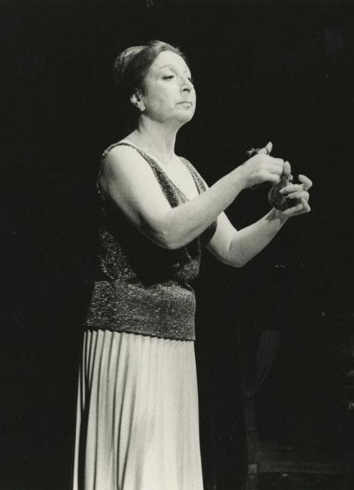 Fotografia de Pau Barceló. Recital de castanyoles d'Emma Maleras, 1976