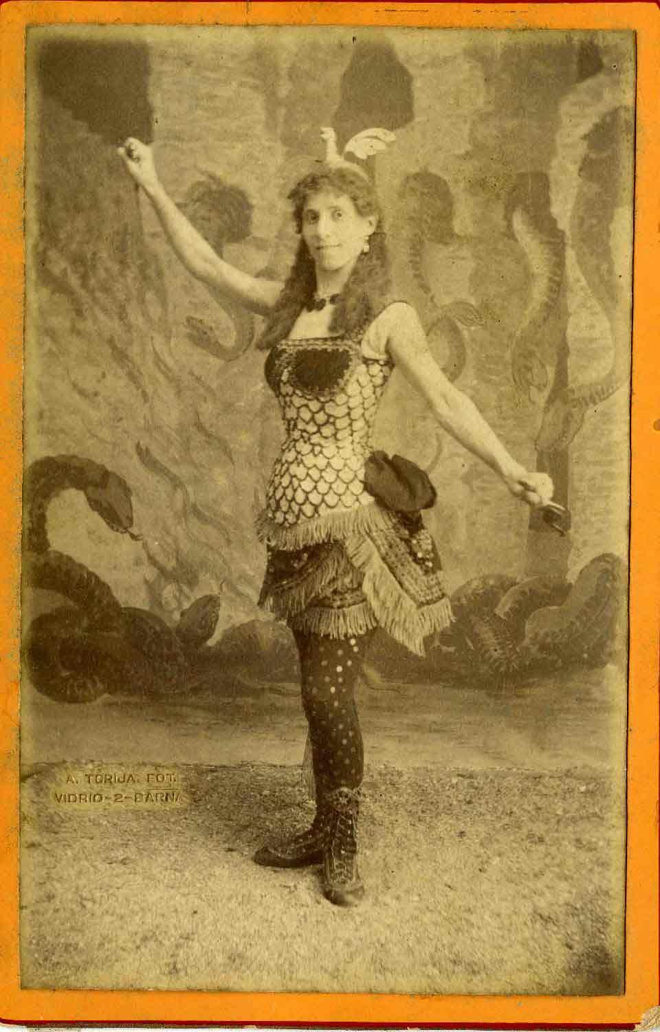 Fotografia d'estudi d'A.Torijos. Pauleta Pàmies a Lohókeli, representat al Teatre Tívoli el 1882