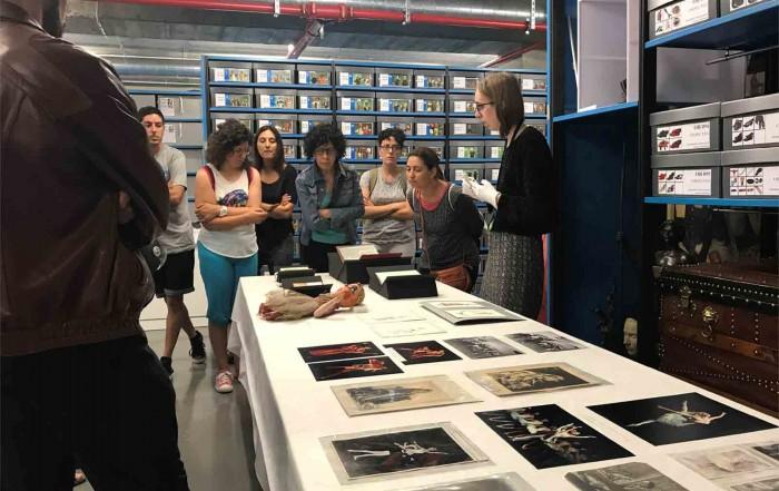 Laura Ars, tècnica de museu, amb la visita dels participants al Curs d'estiu del Department d'Ensenyament de la Generalitat de Catalunya