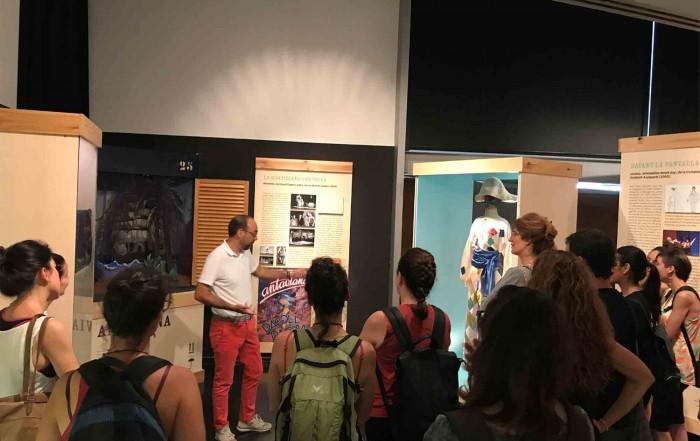 Joan Miquel Llodrà, historiador de l'art, amb la visita dels participants al Curs d'estiu del Department d'Ensenyament de la Generalitat de Catalunya