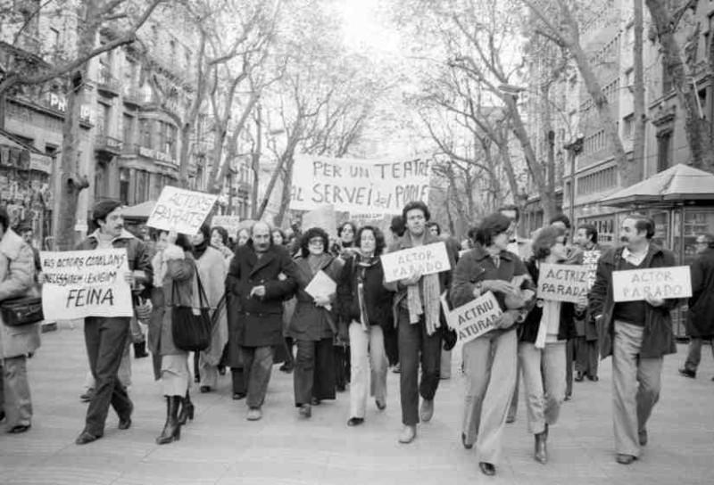 Manifestació de l'Assemblea d'Actors i Directors de Barcelona per les Rambles, 1976. Fons fotogràfic Pilar Aymerich