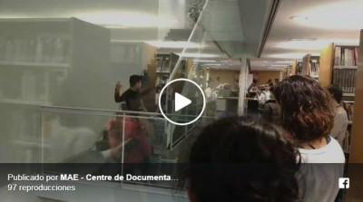 """Alfons Pozo, alumne del CSD realitzant un exercici de """"site specific"""" per a l'assignatura de """"Composició I"""" a les escales de la paret de vidre de la nostra biblioteca de Barcelona, 22 novembre 2018"""