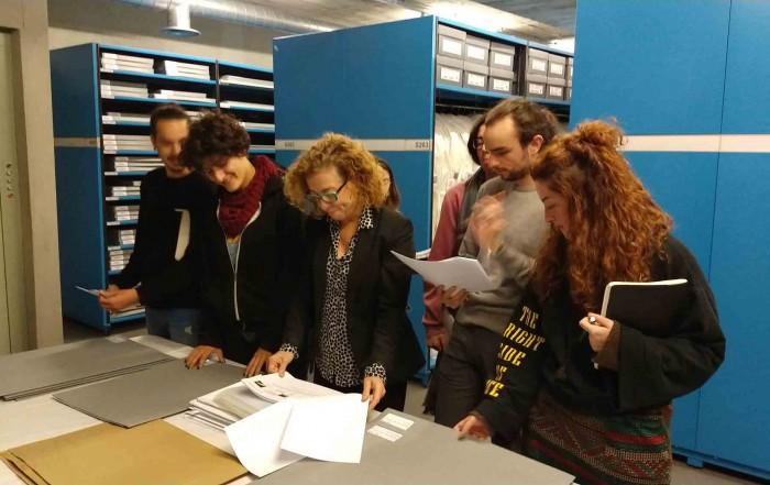 Anna Solanilla impartint una classe a les reserves del MAE amb els alumnes de 2n de l'especialitat d'Escenografia de l'ESAD, 23 novembre 2018.