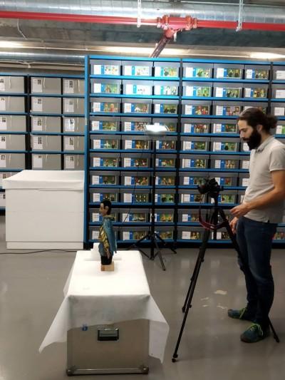 Aleix Barberà fotografiant el nostre titella Cavaller (Tranquil o Pericu), del titellaire Jaume Anglès