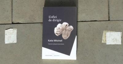 Coberta del llibre L'ofici de dirigir, de Katie Mitchell, coeditat per l'Institut del Teatre i Angle Editorial, novembre 2018 al número 1 de la col·lecció Assaig obert